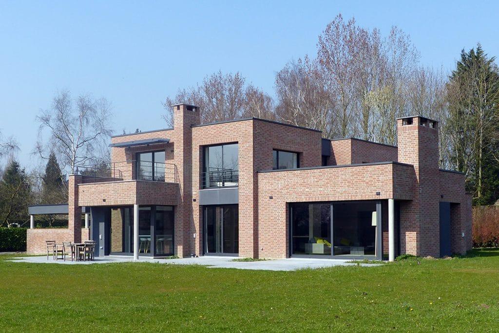Maison cubique enduit et briques grises for Maison semi contemporaine