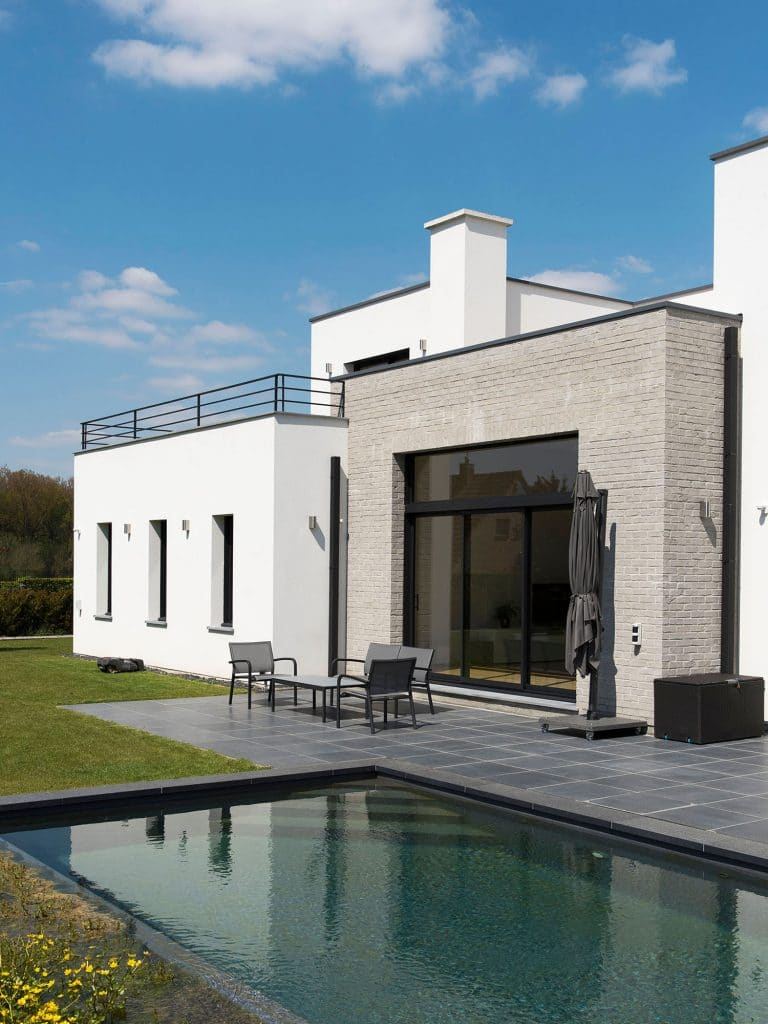 maison cubique enduit et briques grises. Black Bedroom Furniture Sets. Home Design Ideas